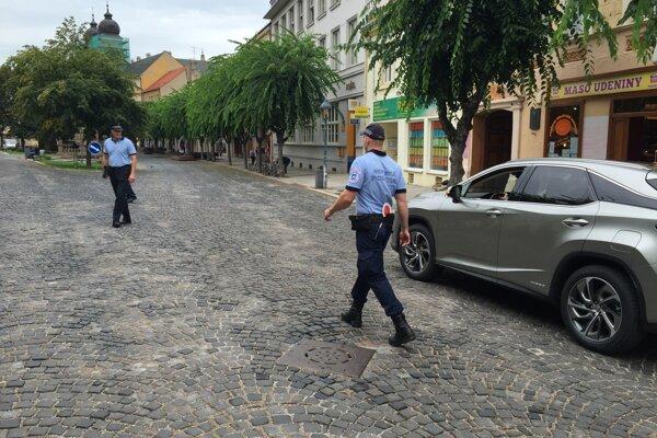 Trenčianski mestskí policajti pri kontrole dodržiavania značenia pešej zóny.