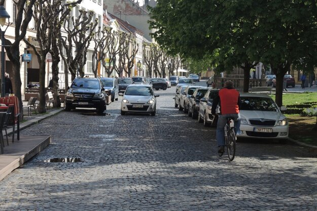 Mierové námestie podľa občanov dopoludnia pripomína parkovisko. Fotografia pochádza zapríla 2016.