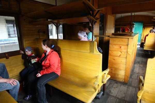 Lokomotíva bude ťahať historické vozne s dreveným interiérom.