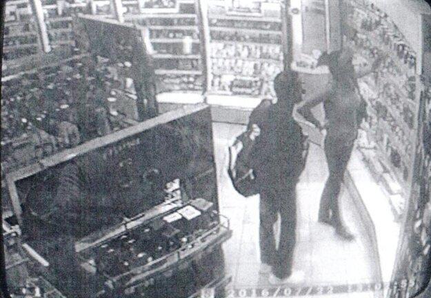 Zábery z kamery. Totožnosť podozrivej osoby je zatiaľ neznáma.