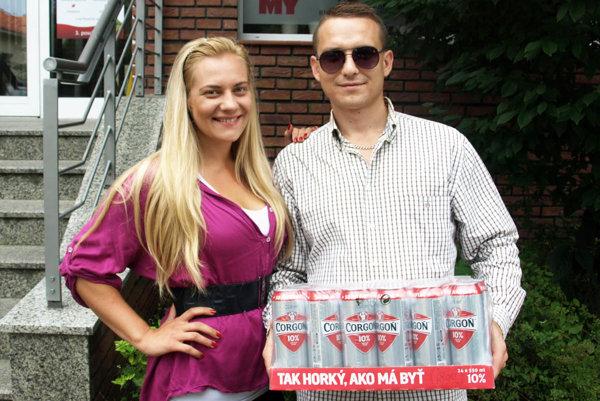 Vo štvrtom kole si kartón piva Corgoň rozdelili dvaja výhercovia. Na snímke je Marek Husivarga s manželkou Danielou.