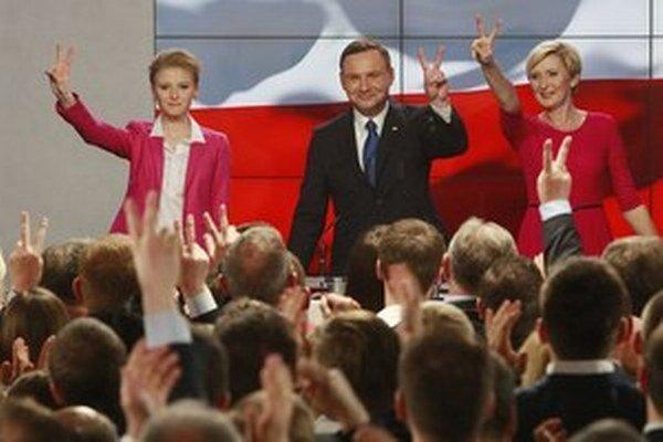 Poľský prezident tak v súlade s očakávaniami znalcov pomerov vzíde po druhom kole volieb 24. mája zo súboja oboch favorizovaných kandidátov.