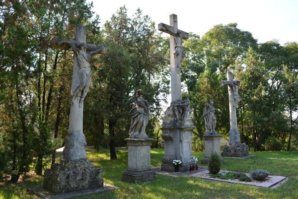 Pieskovcové skulptúry sú vyobrazením Kristovho kríža, krížov s lotrami, sochy Márie Magdalény, Panny Márie a sv. Jána.