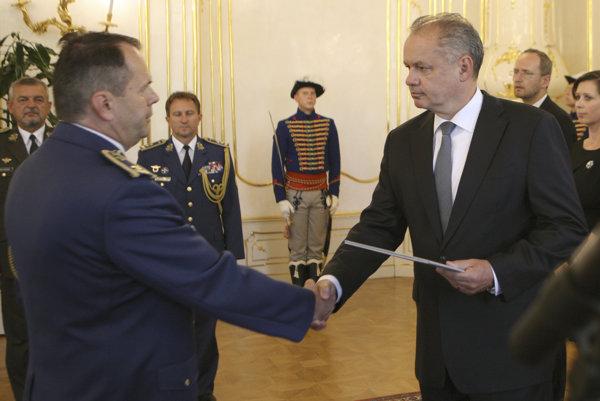 Prezident SR Andrej Kiska (vpravo) 8. septembra 2016 v Prezidentskom paláci v Bratislave menoval a povyšoval generálov.