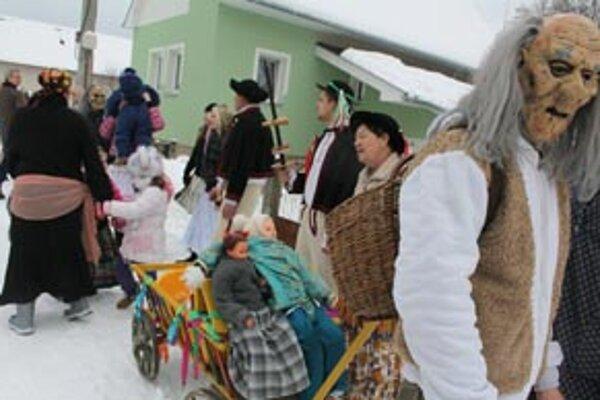 K fašiangom v Malinovej patrí už tradične sprievod masiek obcou.