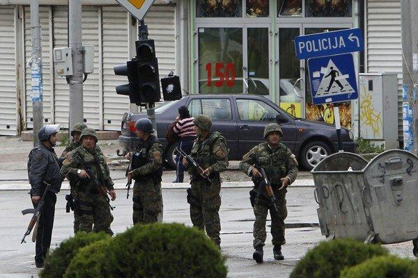 Špeciálne jednotky v obrnených vozidlách uzavreli predmestia Kumanova.