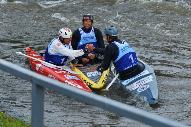 Na snímke slovenská hliadka 3xC1 v zložení, zľava Michal Martikán, Alexander Slafkovský a Matej Beňuš získala zlato na ME vo vodnom slalome v Liptovskom Mikuláši.