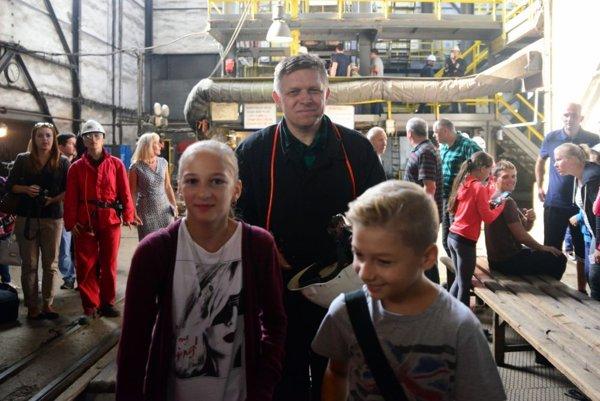 Predseda vlády SR Robert Fico (uprostred) a návštevníci Dňa otvorených dverí v bani Nováky pri príležitosti Dňa baníkov.