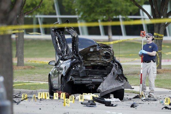 Dvaja útočníci sa priviezli autom a začali strieľať na ochranku. Oboch polícia na mieste zastrelila.