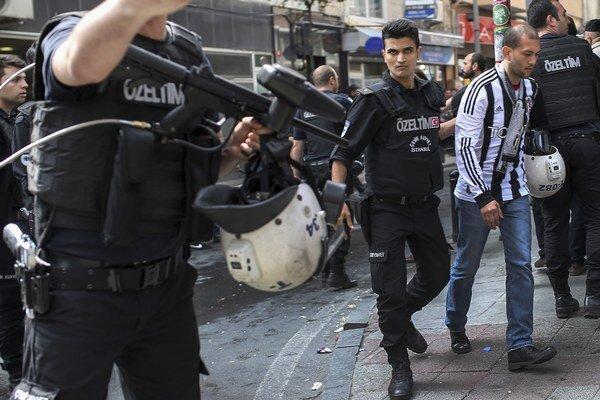 Vláda v piatok na námestie Taksim a do priľahlých ulíc vyslala asi 20-tisíc policajtov.