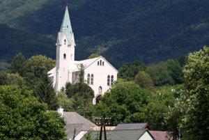 Kostol v Chrenovci-Brusne je zasvätený svätému Michalovi Archanjelovi.