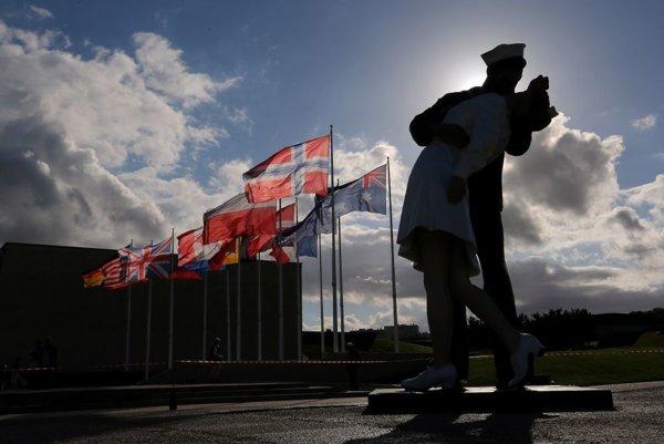 8-metrová socha bozkávajúceho námorníka so zdravotnou sestrou  je vystavená v okolí pamätníka vo francúzskom  meste Caen v Normandii.