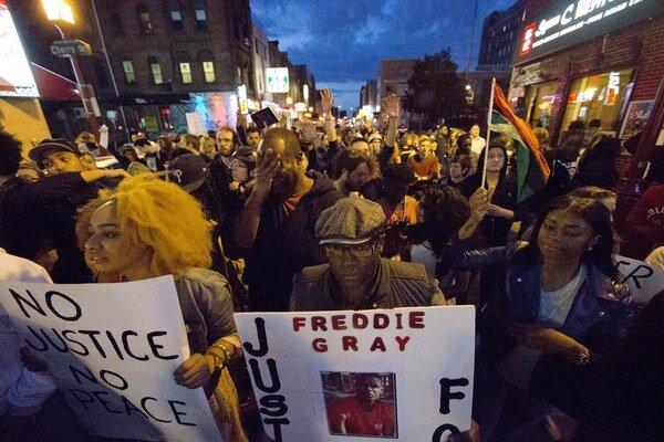 Smrť mladého černocha vyvolala masové násilné protesty nielen v Baltimore ale aj v ďalších amerických mestách.