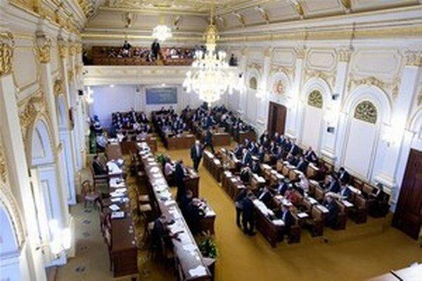 Rokovanie českej Poslaneckej snemovne narušil 49-ročný muž ktorý chcel spáchať samovraždu.