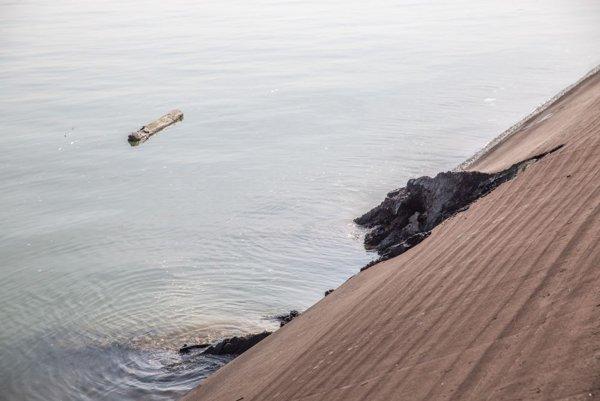 Diera v asfaltovom povrchu hrádze Dunaja, ktorá vznikla haváriou výletnej loďe so 160 ľuďmi na palube.