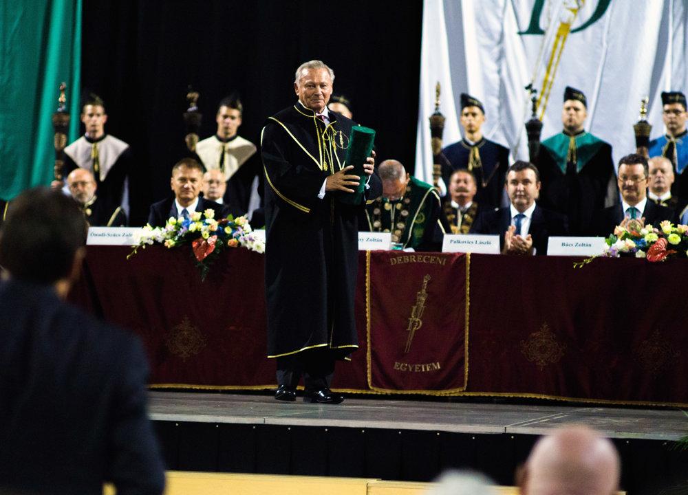 Titulom čestný občan (Civis honoris causa) ocenila v nedeľu 11. septembra 2016 Debrecínska univerzita na slávnostnom otvorení nového akademického roka bývalého prezidenta SR Rudolfa Schustera (uprostred). Senát najväčšej univerzity v Maďarsku toto ocenenie udeľuje len v mimoriadnych prípadoch, doteraz bola jeho jediným držiteľom rodina Habsburgovcov za založenie a rozvoj Debrecínskej univerzity. Ocenenie Schusterovi odovzdal rektor univerzity Zoltán Szilvássy.