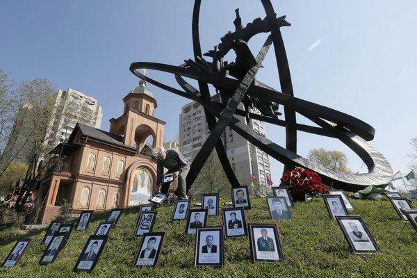 Fotografie obetí havárie pri pamätníku v Kyjeve.