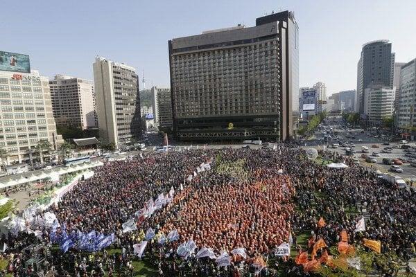 Tisíce protivládnych demonštrantov, ktorí odsúdili zamestnaneckú politiku čoraz nepopulárnejšej prezidentky Pak Kun-hje.