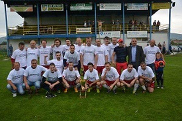 Hrušovany s predsedom ZsFZ Pavlom Šípošom po víťaznom zápase, v ktorom si prevzali pohár za víťazstvo v súťaži.