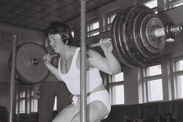 Pavol Schottert vroku 1975 na majstrovstvách Západoslovenského kraja vsilovom trojboji v Leviciach vo svojej parádnej disciplíne – vdrepe.