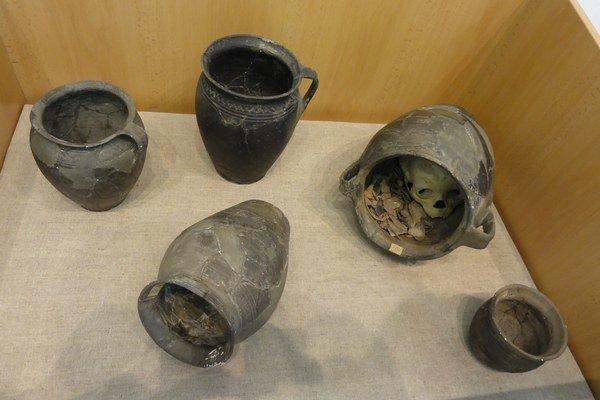 Na Chríbe sa našlo osem hrobov nepokrstených detí. Nádoby, vktorých sa pochovávalo sa našli pri vonkajšej strane kamennej ohrady.