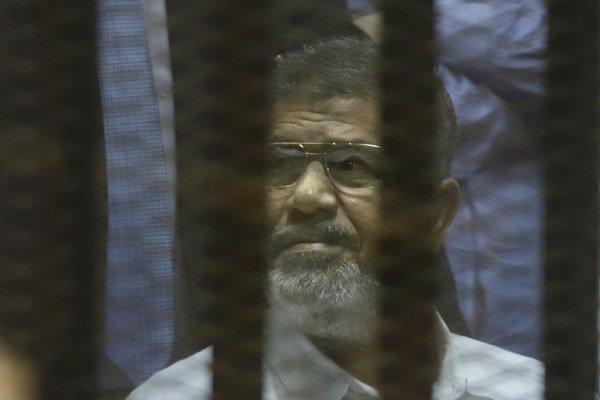 Mursí a ďalší obžalovaní si rozsudok vypočuli v špeciálnom boxe zo zvukotesného skla.