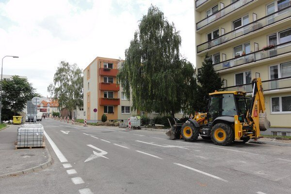 Po rekonštrukcii chodníkov bude nasledovať cesta.