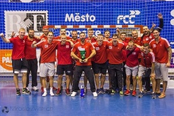 Topoľčany s trofejou za druhé miesto.