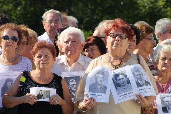 Účastníčky pochodu nesmrteľných sfotografiami obetí vojny.