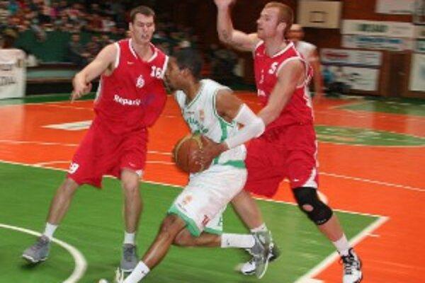 Handlovskí basketbalisti si na konto pripísali piatu výhru za sebou, magickú stovku pokorili prvýkrát v sezóne.