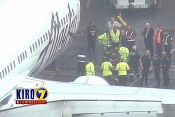 Nosič batožiny sa z nakladacieho priestora lietadla, v ktorom zaspal, pokúšal dovolať na tiesňovú linku 911.