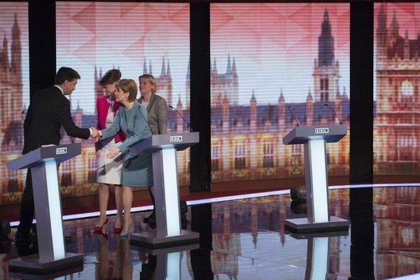 Šéfka škótskych nacionalistov Nicole Sturgeonová (vpravo) si viedla dobre.