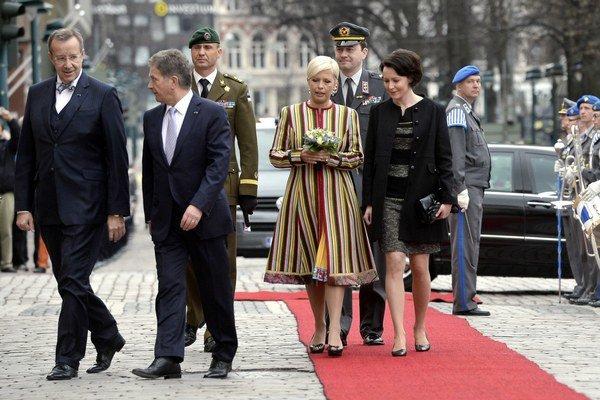 Prezident Toomas Hendrik Ilves (vľavo) a jeho manželka (vo farebných šatách).