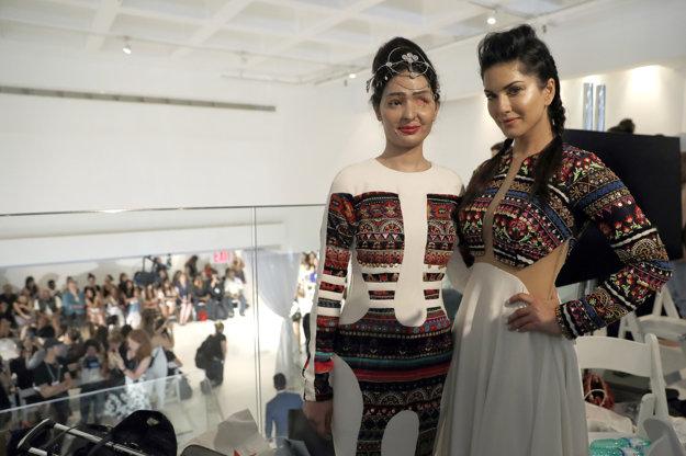 Reshma Qureshi s herečkou Sunny Leonovou v zákulisí módnej prehliadky