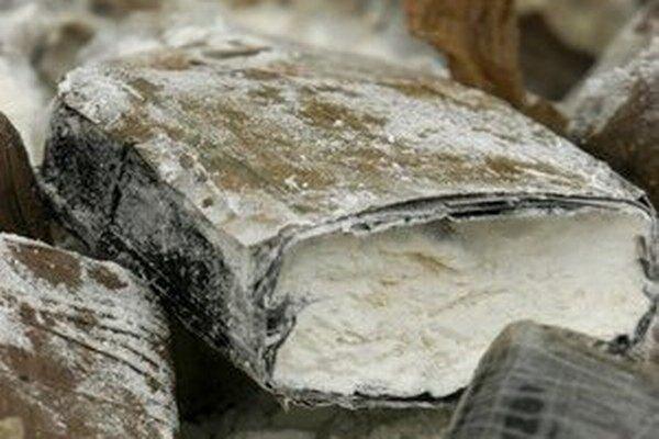 Polícia potvrdila, že muža zadržali na medzinárodnom letisku v Cairns v nedeľu večer, keď mu colníci našli v batožine drogy.
