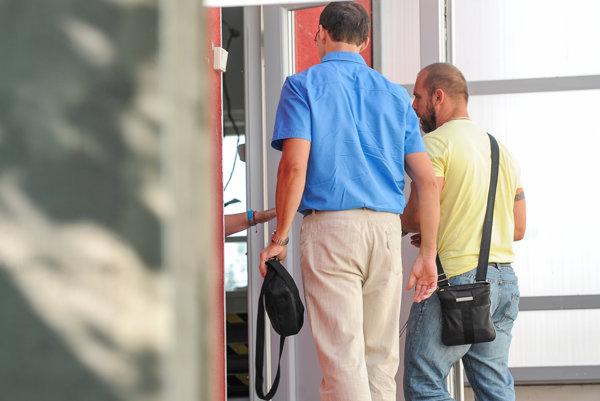 Členovia kontroly vstupujúci do objektu Resocializačného strediska Čistý deň v Galante.