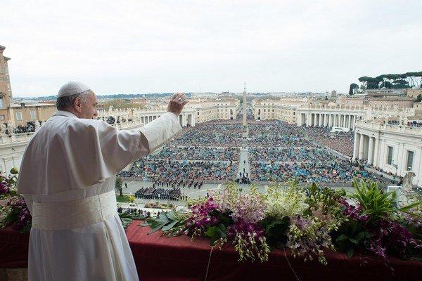 Pápež František počas nedeľňajšej veľkonočnej omše vo Vatikáne.