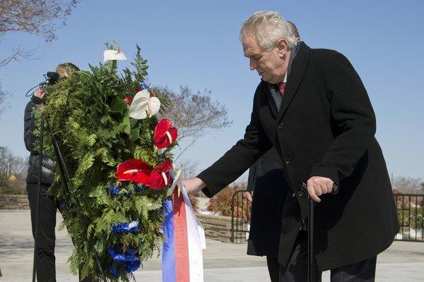 Český prezident kladie veniec k Pamätníku 11. septembra pri Pentagone vo Washingtone počas návštevy USA 2. marca 2015.