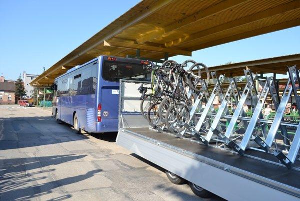 Jedinečné autobusy vybavené špeciálnymi cyklovozíkmi budú premávať už len niekoľko dní.