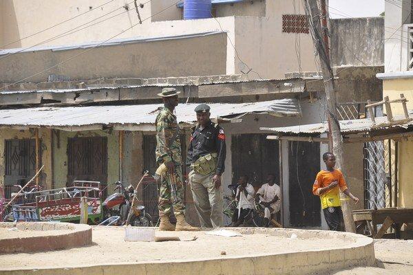 Príslušníci bezpečnostných síl hliadkujú na mieste bombového výbuchu.