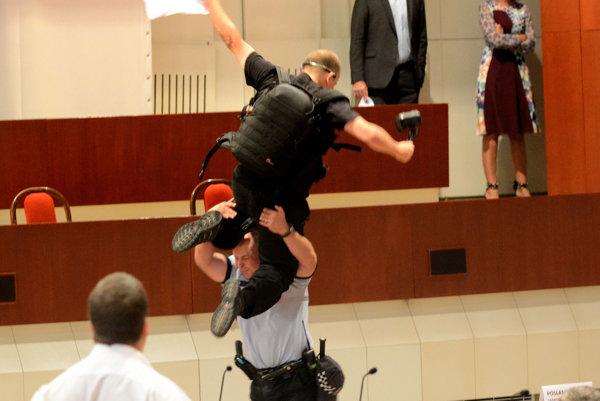 Incident na zastupiteľstve. Daňo unikal pred policajtmi po laviciach poslancov, celý výstup ukončil jeho pád na zem.