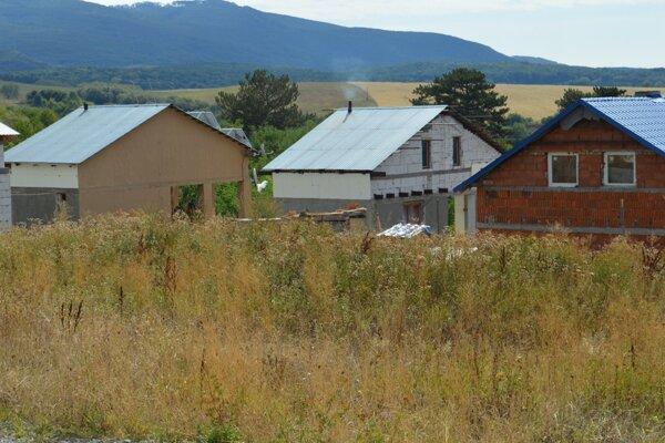 Nové domy si Rómovia v Rankovciach postavili vlastnými rukami. Ich deti sa zapoja do nového projektu.