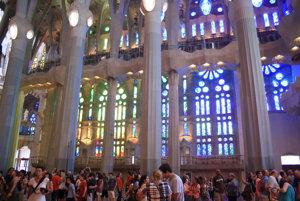 Vo vnútri kostola sa neustále pohybujú stovky turistov.
