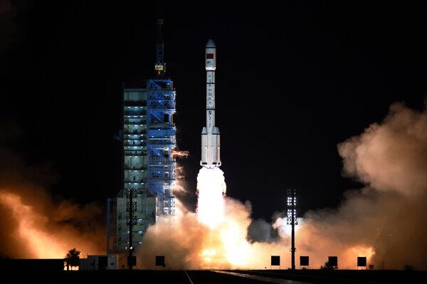 Čínska nosná raketa Long March 7 (Dlhý pochod 7) s modulom Tchien-kung štartuje z rampy vesmírneho strediska Ťiou-čchüan.