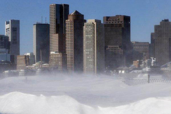 Sneh fúka po snehovej búrke na nábreží vo Východnom Bostone v americkom štáte Massachusetts.