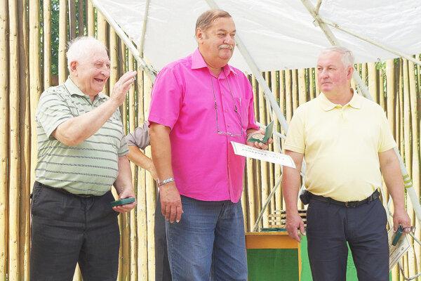 Včelár Alojz Danihlík (celkom vľavo) je veselá kopa. Na Včelárskej nedeli v Mestečku pri preberaní ocenenia.