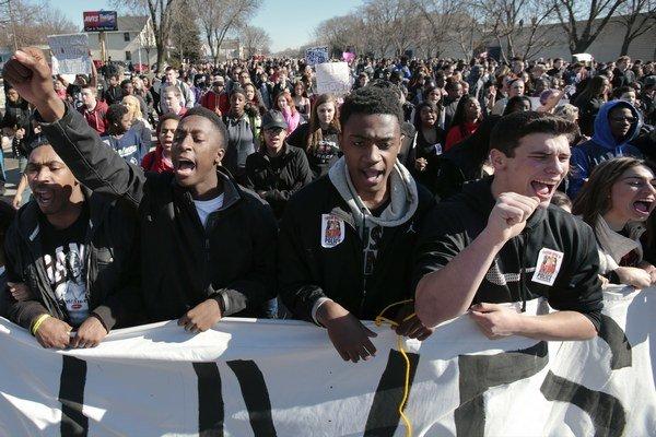 Série medializovaných prípadov zabitia neozbrojených Američanov bielymi policajtmi vyvolali vlnu protestov.