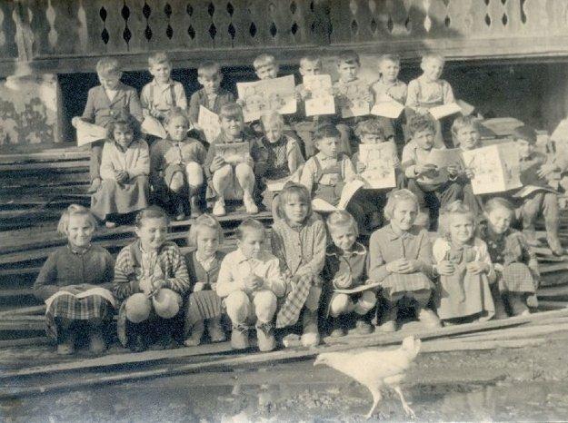 Na skupinovú fotografiu žiakov Štátnej ľudovej školy v Polomke (školský rok 1960/61) sa dostala aj sliepka.