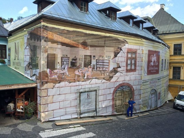 Dom Maríny je zatiaľ pre verejnosť zahalený plátnom.