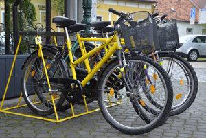Stanovište zdieľaných žltých bicyklov počas oficiálneho predstavenia systému v Kežmarku.